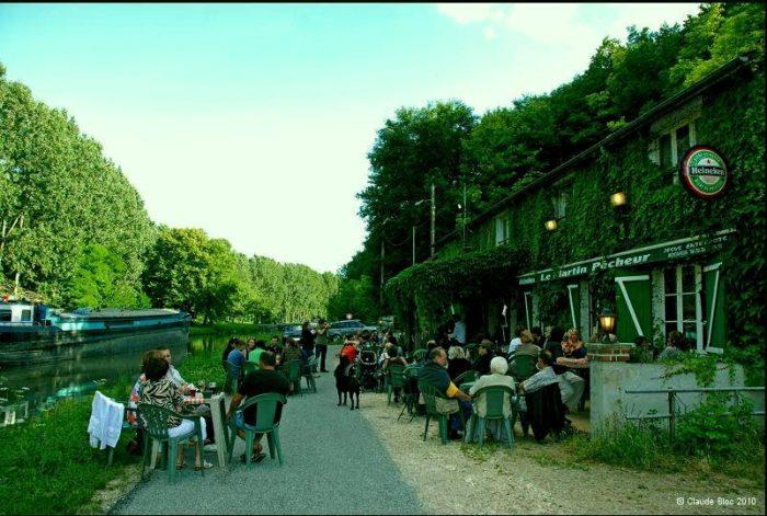 Le pub, le canal du Loing et la véloroute